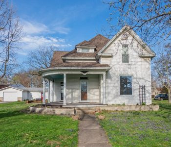 Gorgeous 3 Bedroom Historic Home in Wayne City!!